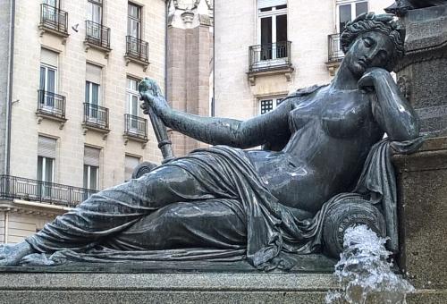 44 DRIOLLET Nantes fontaine place Royale (12)