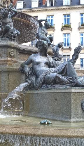 54 DRIOLLET Nantes fontaine place Royale (10)