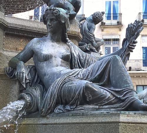 54 DRIOLLET Nantes fontaine place Royale (9)