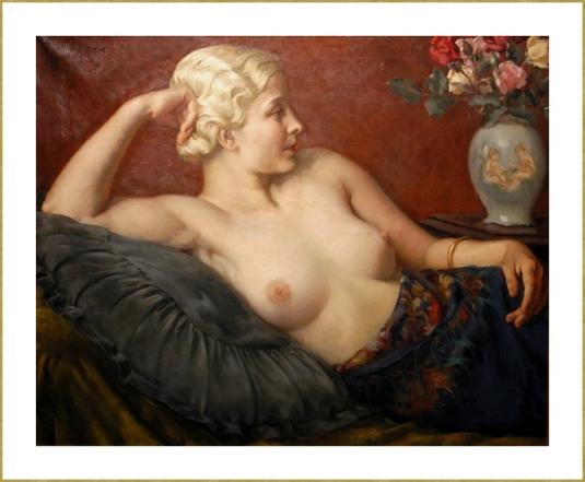 Jeune fille blonde sur un sofa *